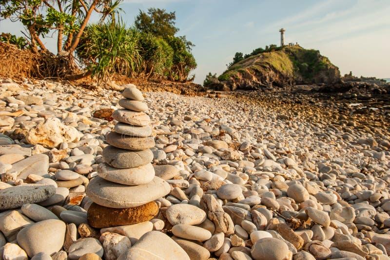 Rösezenmeditationen, stenar balanserar på stenstranden, bakgrunder för ljust hus för berg suddiga Lanta ?, Thailand arkivfoto