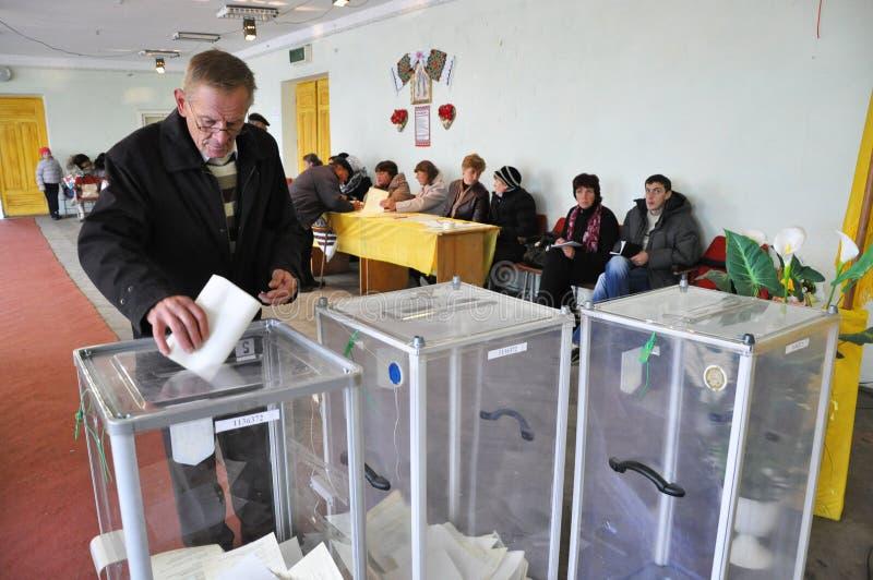 Rösta i vallokalen i Ukraina arkivfoto