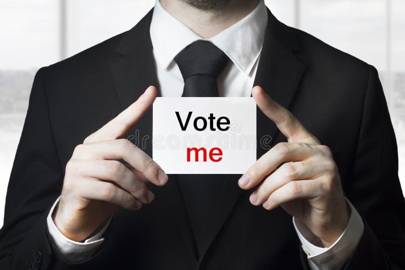 Röstar det hållande tecknet för politikern mig royaltyfri foto