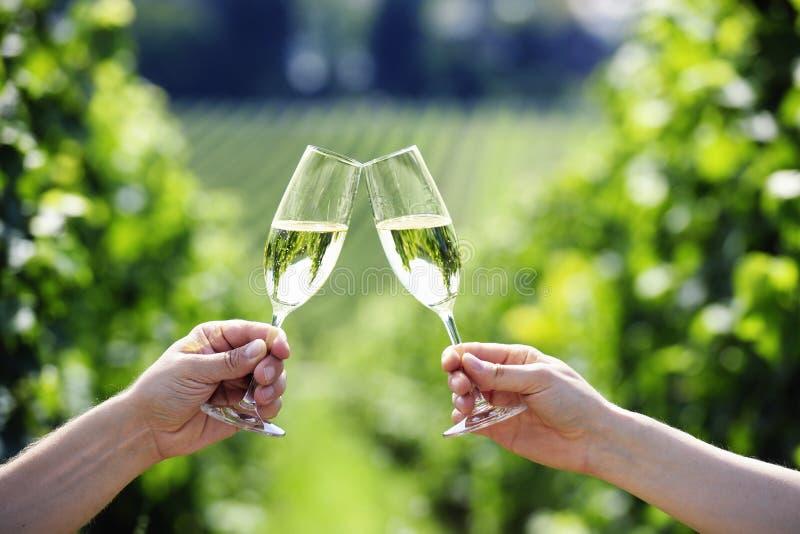 Rösten mit zwei Gläsern von Champagne stockfotos