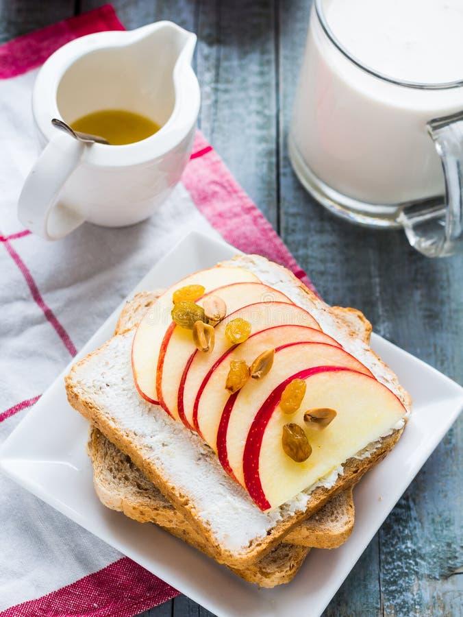 Rösten Sie mit Käse, Apfel und Trockenfrüchten, gesundes Frühstück lizenzfreie stockfotografie