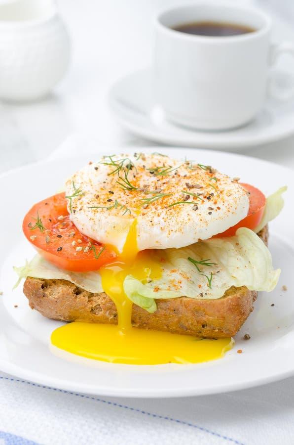 Rösten Sie mit Tomate, Kopfsalat und poschiertem Ei zum Frühstück lizenzfreies stockbild