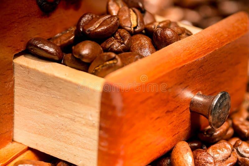 Röstkaffee im Fach der Mühle lizenzfreies stockfoto