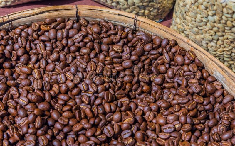 Röstkaffeebohnen im hölzernen Behälter lizenzfreie stockbilder