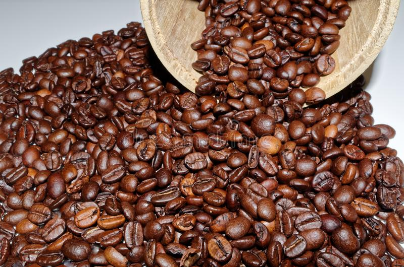 Röstkaffeebohnen und ein hölzernes Zinn stockfotos