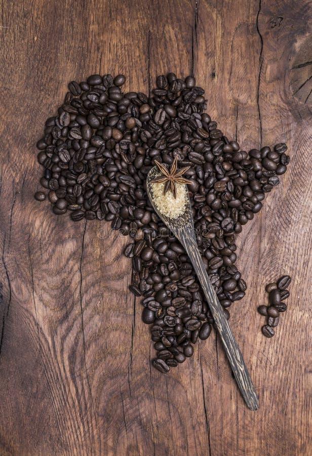 Röstkaffeebohnen vereinbarten in Form Afrikas auf altem Holz lizenzfreie stockfotografie