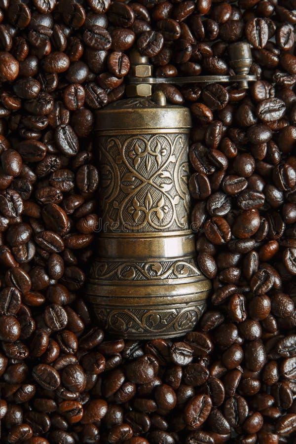 Röstkaffeebohnenhintergrundbeschaffenheitshandkaffeemühle stockfoto