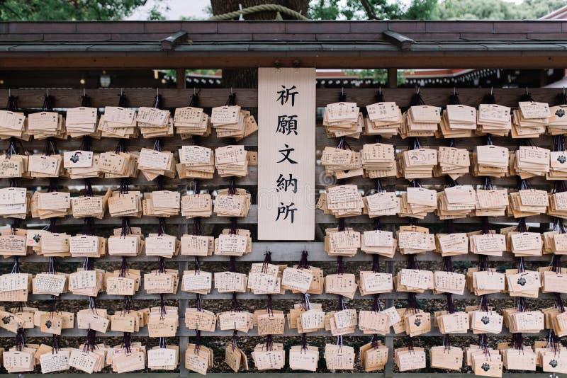 Röstning som hänger mycket traditionellt träbönbräde för ema arkivfoto