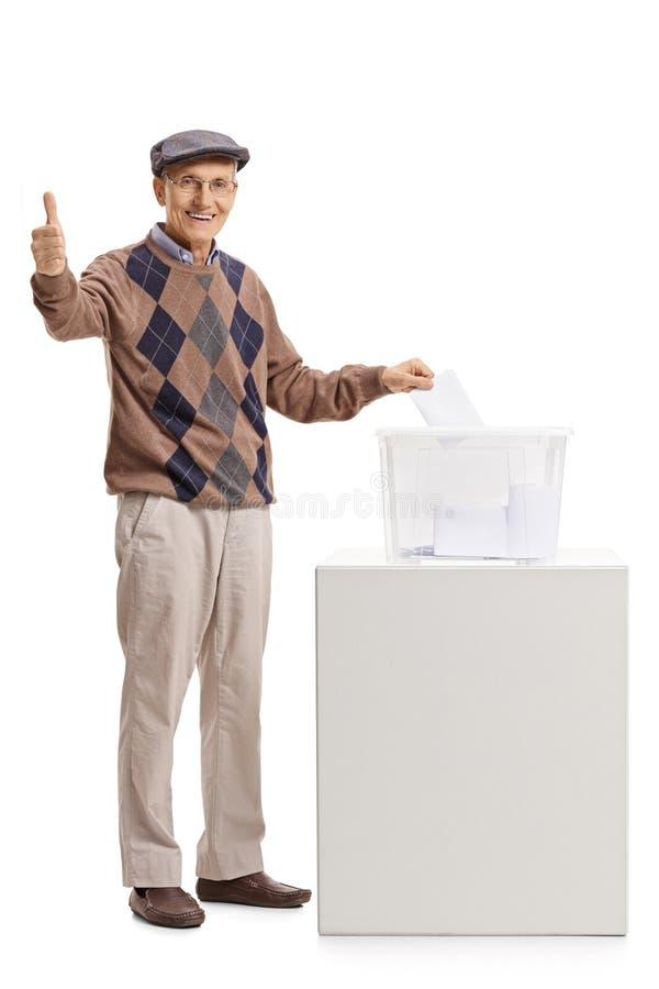 Röstningen för hög man på valurnavisningen tummar upp arkivfoton