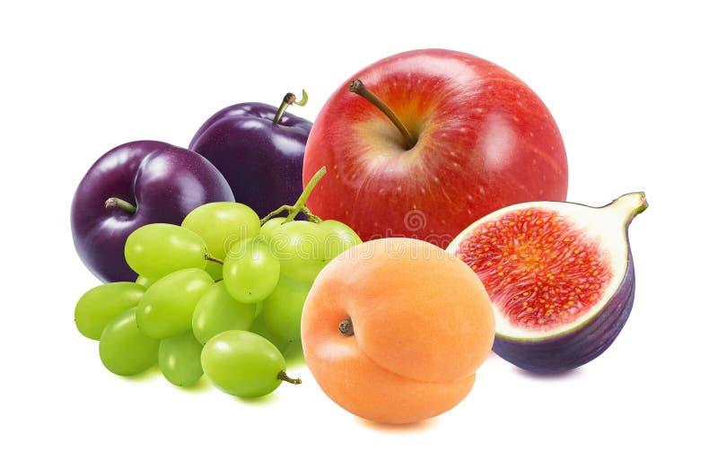 Rött äpple, gröna druvor, plommon, aprikoser och fikon som är isolerade på vit bakgrund royaltyfria foton