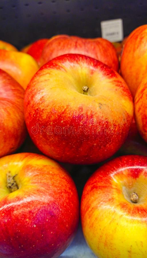 Rött äpple i fruktlagret royaltyfri foto