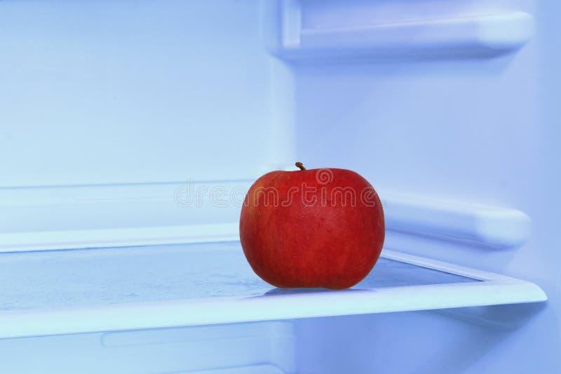 Rött äpple i tagen closeup för inhemskt kylskåp Sunda Lifesty royaltyfri fotografi