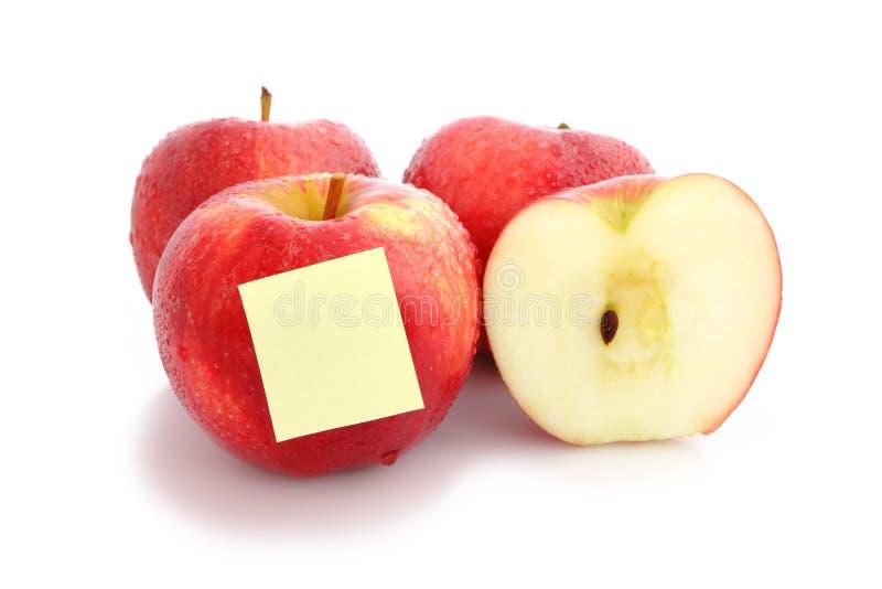 Rött äpple med den tomma posten-it arkivfoton