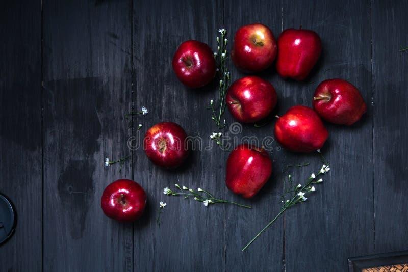 Rött äpple på den mörka tabellen royaltyfria foton