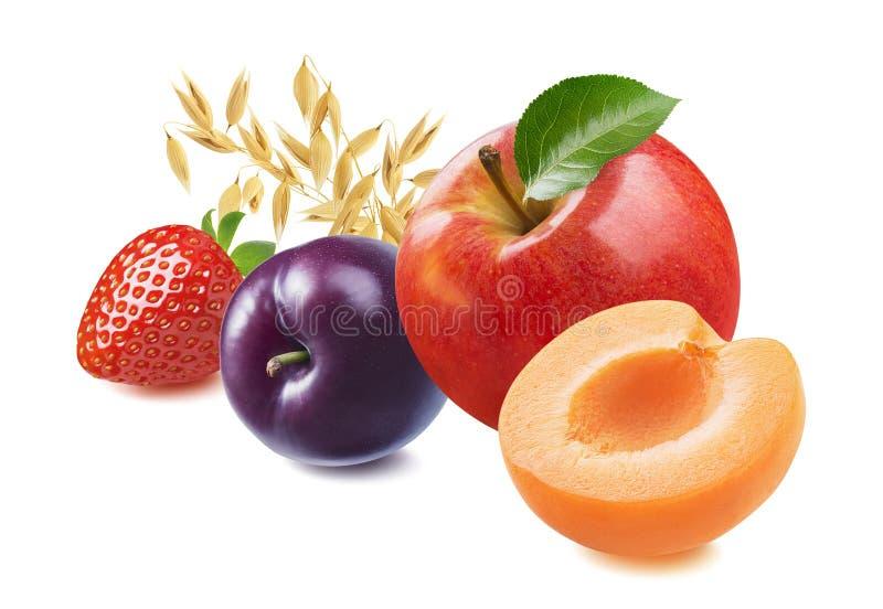 Rött äpple, plommon, aprikos, jordgubbar och havre isolerade på vit bakgrund royaltyfri foto
