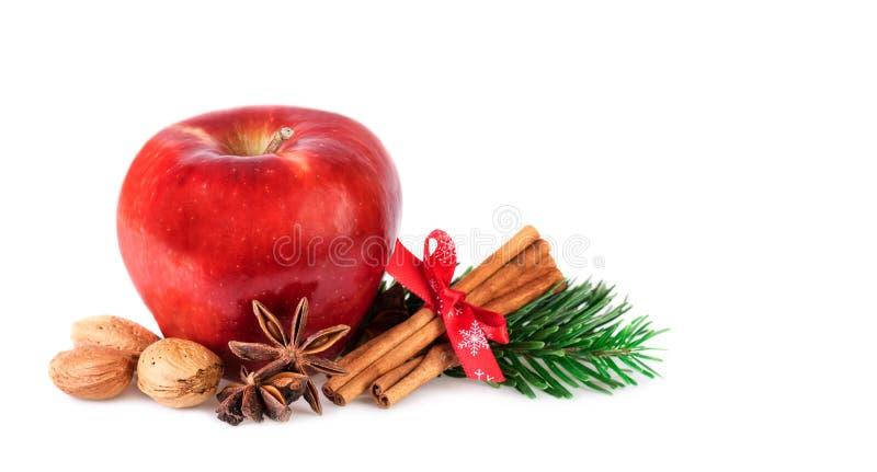 Rött Apple lantligt som dekoreras med vinterkryddor Juläpple som isoleras på vit arkivbild