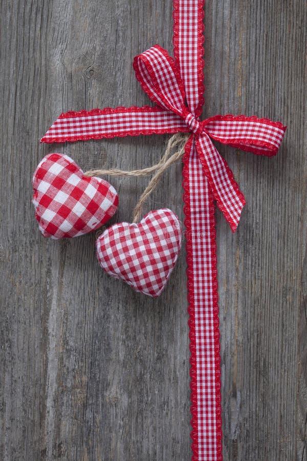 Rött band med hjärtor fotografering för bildbyråer