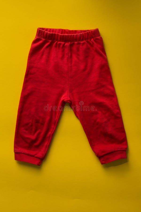 Rött behandla som ett barn sportflåsanden på gul bakgrund royaltyfria bilder