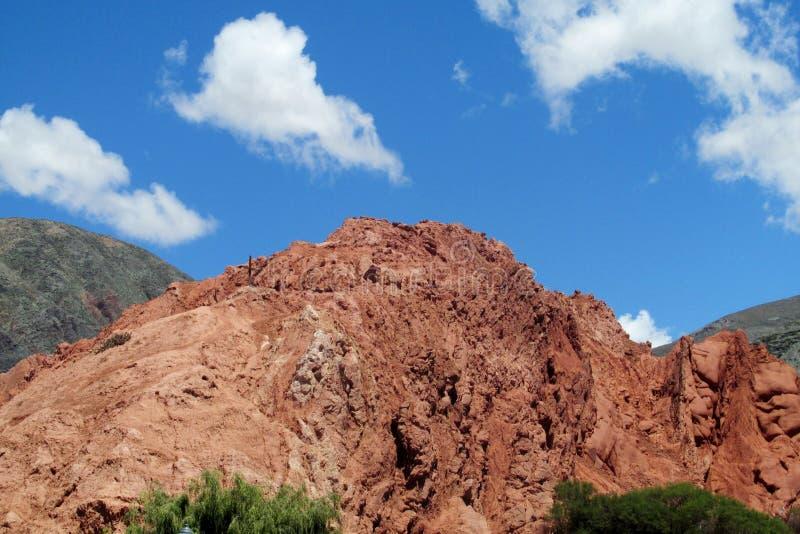 Rött berg i Quebrada de Humahuaca royaltyfria bilder