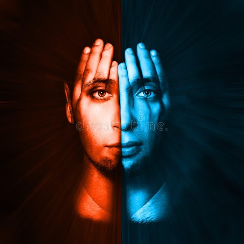 Rött - blå framsida som är synlig till och med hans händer dubbel exponering royaltyfri bild