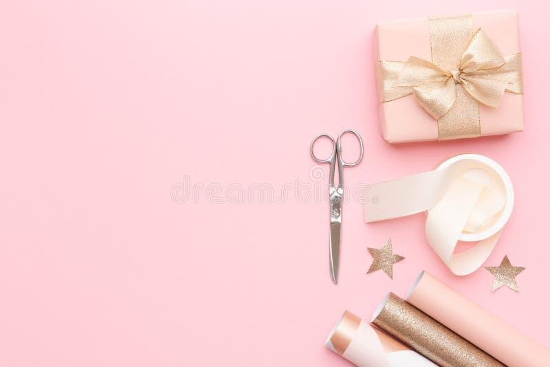 Rött boxas med pilbågen Rosa nordiska julgåvor på bakgrund för pastellfärgade rosa färger fotografering för bildbyråer