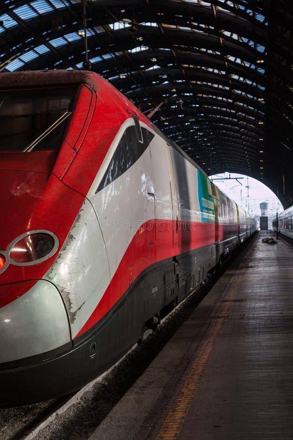 Rött drev i Milan Central Railway Station, Italien arkivfoto