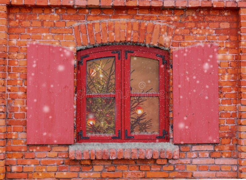Rött fönster på fasaden av det gamla tegelstenhuset Jul bakgrund, vinterfönster, julgarnering royaltyfri bild