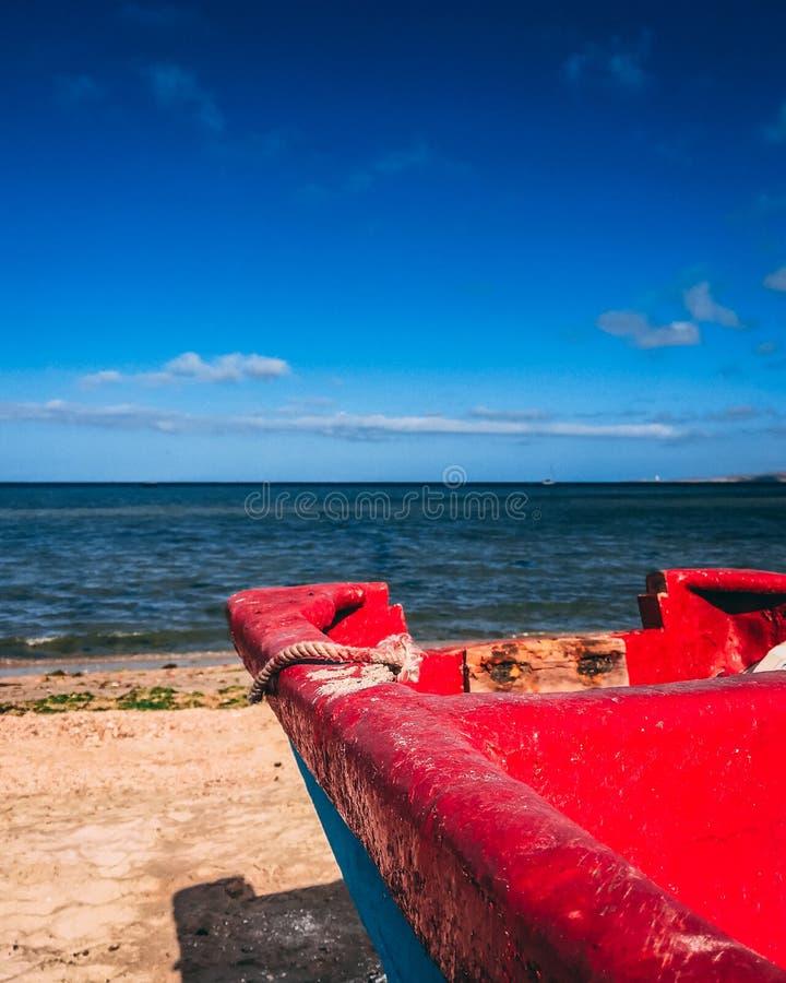 Rött fartyg i kusten arkivfoto
