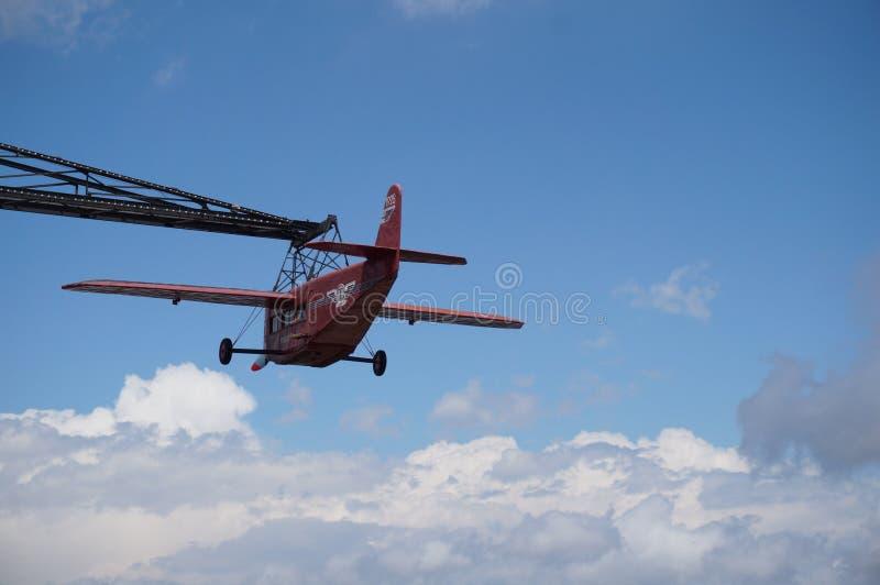 Rött flygplan av Tibidabo royaltyfria foton