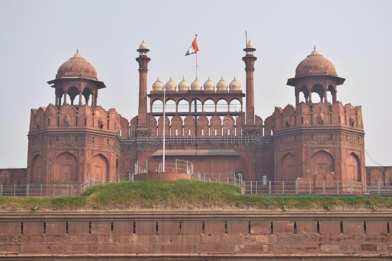 Rött fort av Delhi i mitten av staden royaltyfria foton
