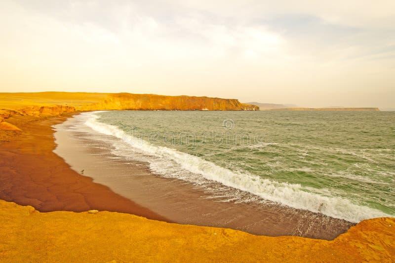 Rött glöd av solnedgången på kusten arkivfoton