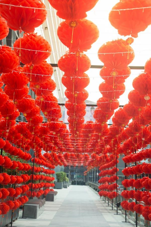 Rött hänga för kinesisk stil för komplamplykta dekorerade i kinesisk festival för nytt år fotografering för bildbyråer