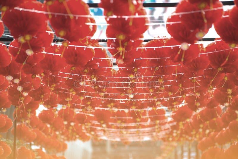 Rött hänga för kinesisk stil för komplamplykta dekorerade i kinesisk festival för nytt år royaltyfri fotografi