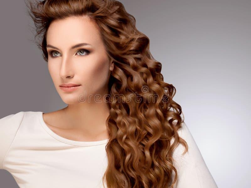 Härlig kvinna med rött lockigt hår royaltyfri fotografi