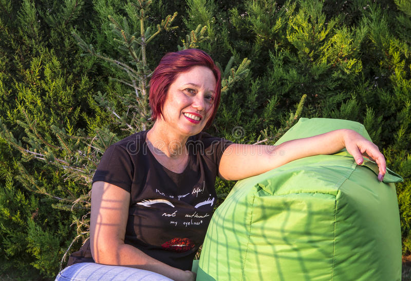 Rött haired posera för kvinna royaltyfri bild