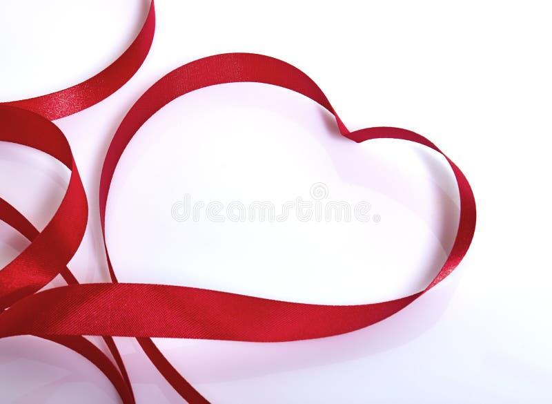 Rött hjärtaband arkivbilder