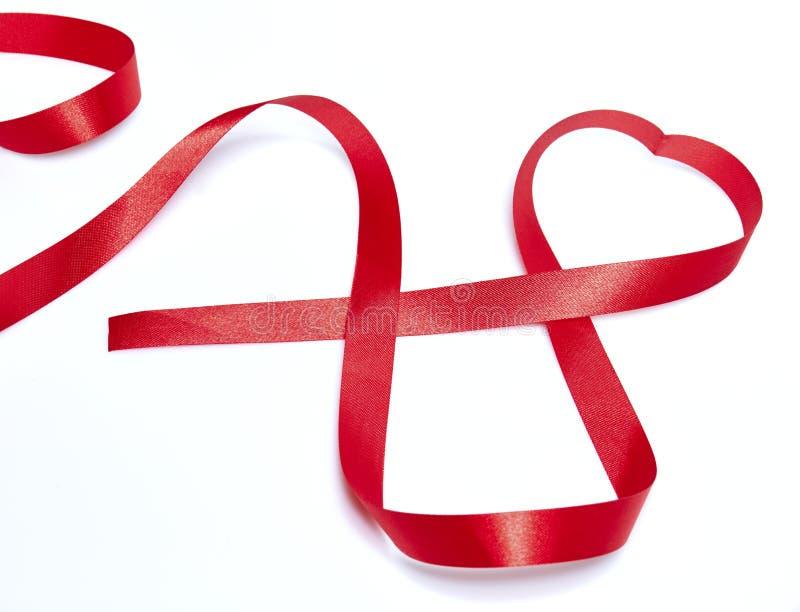 Rött hjärtaband arkivfoto