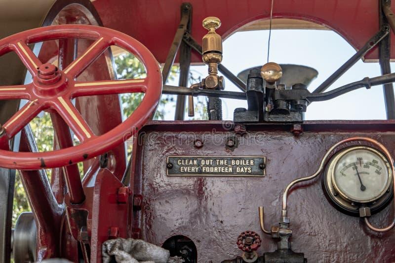 Rött hjul för styrning för dragkraftmotor royaltyfri fotografi