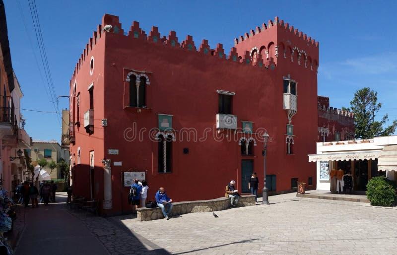 Rött hus i Anacapri på den Capri ön, Italien royaltyfria foton