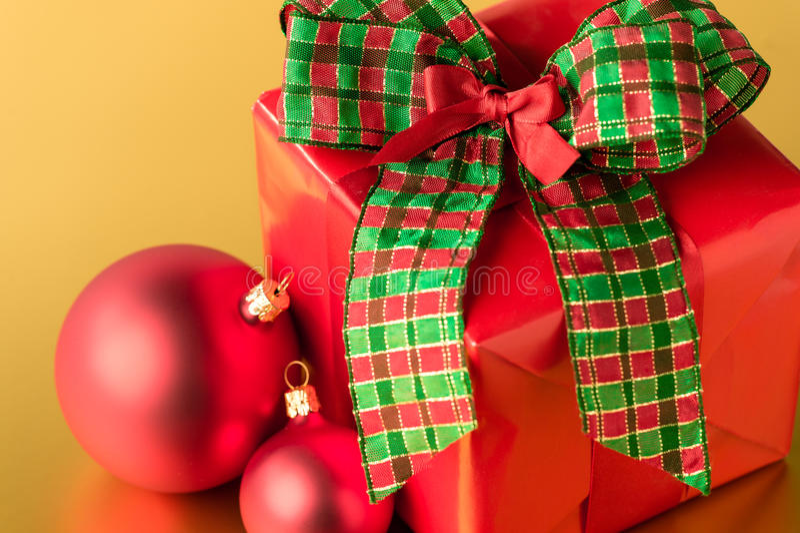 Rött julklapp- och garneringgåvakort arkivbilder