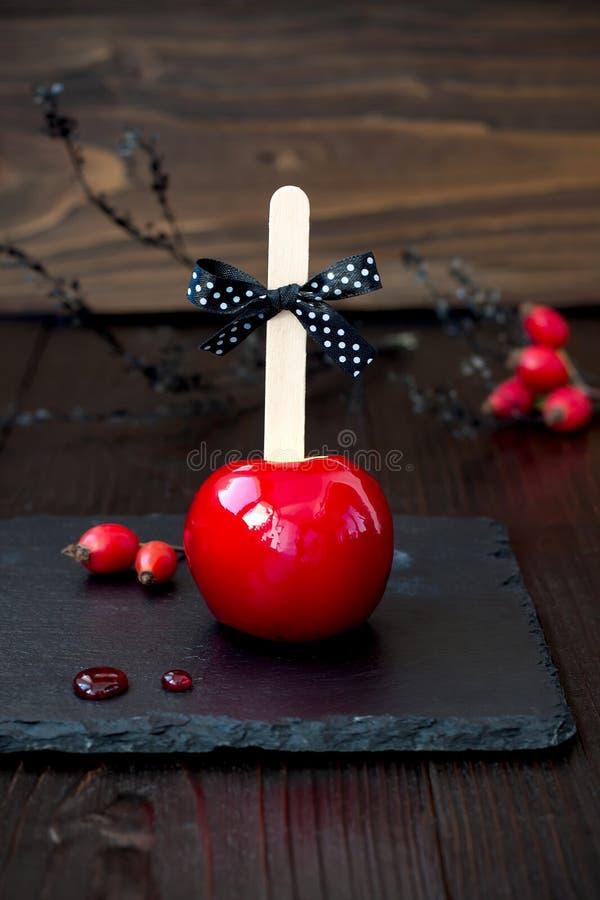 Rött karamelläpple close upp Traditionellt efterrättrecept för allhelgonaaftonparti Selektivt fokusera royaltyfria bilder