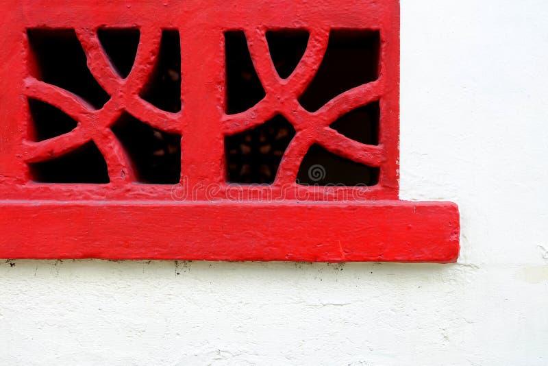 Rött konkret uttag på den vita betongväggen arkivbild