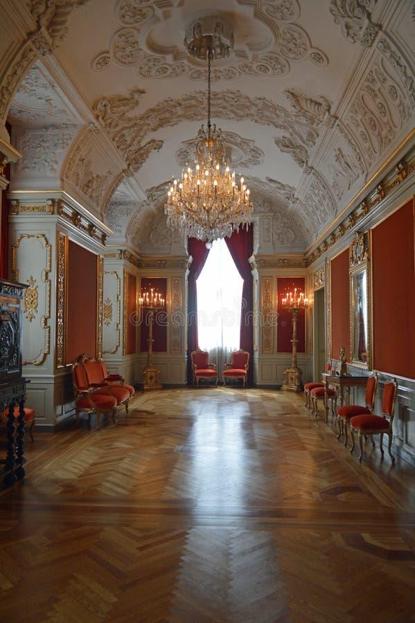 Rött kungligt mottaganderum - inre av den Christainsborg slottKöpenhamnen royaltyfria foton