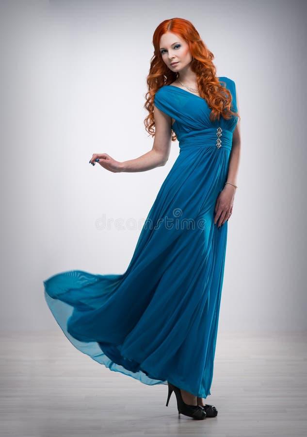 rött kvinnabarn för härligt hår royaltyfria foton