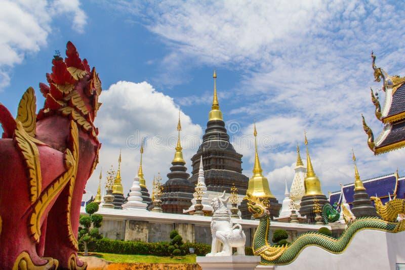 Rött lejon, vitt lejon och naga som bevakar pagoden, Chiang Mai arkivbilder