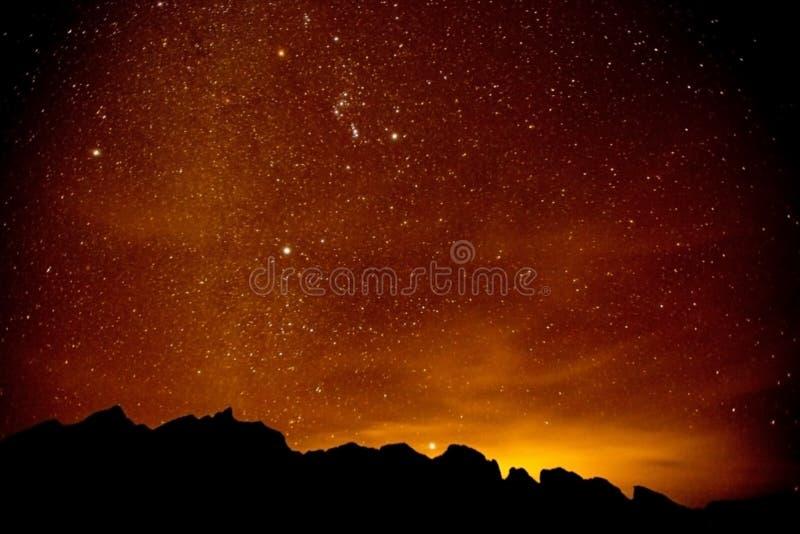 Rött ljus på natten på berget arkivbilder