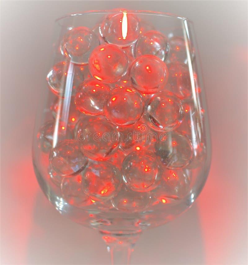 Rött ljus reflekterar av klara marmor royaltyfri fotografi