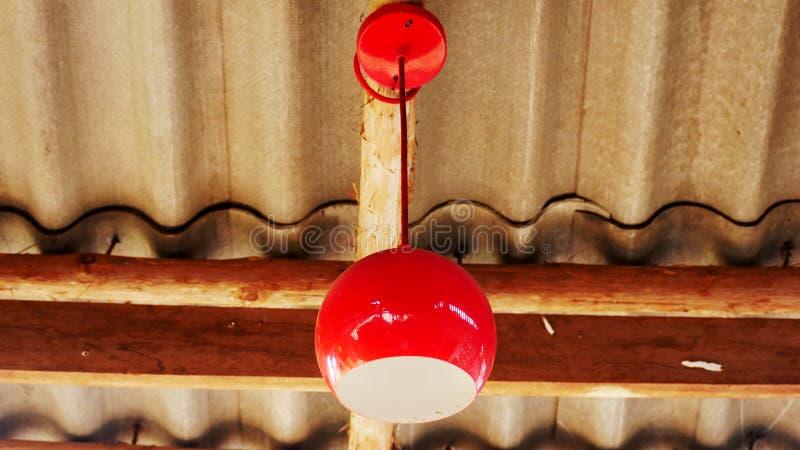 Rött ljuskula på taket fotografering för bildbyråer
