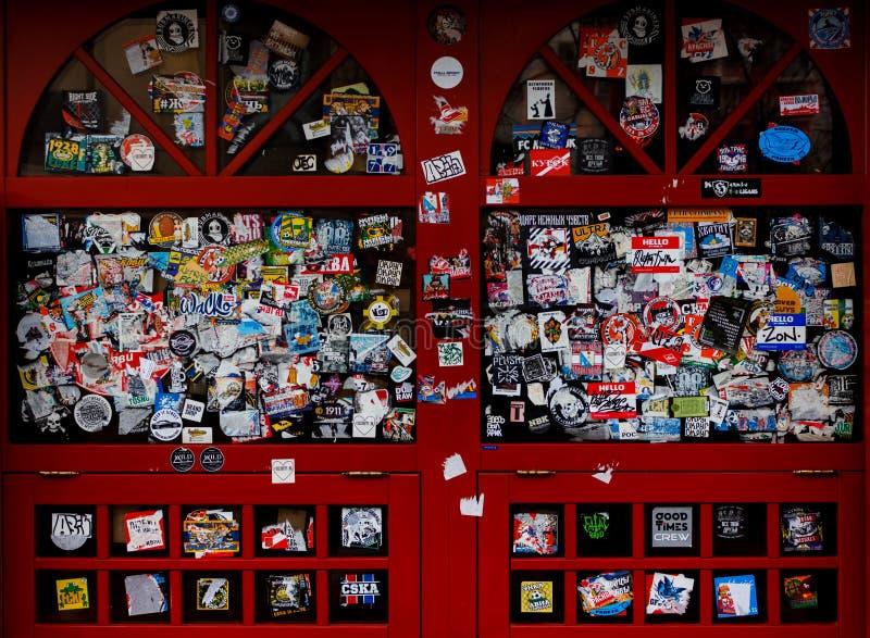 Rött målat glassfönster i klistermärkear fotografering för bildbyråer