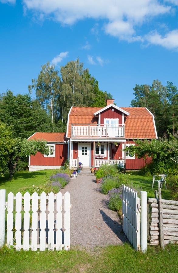 Rött målat svenskt hus arkivbilder